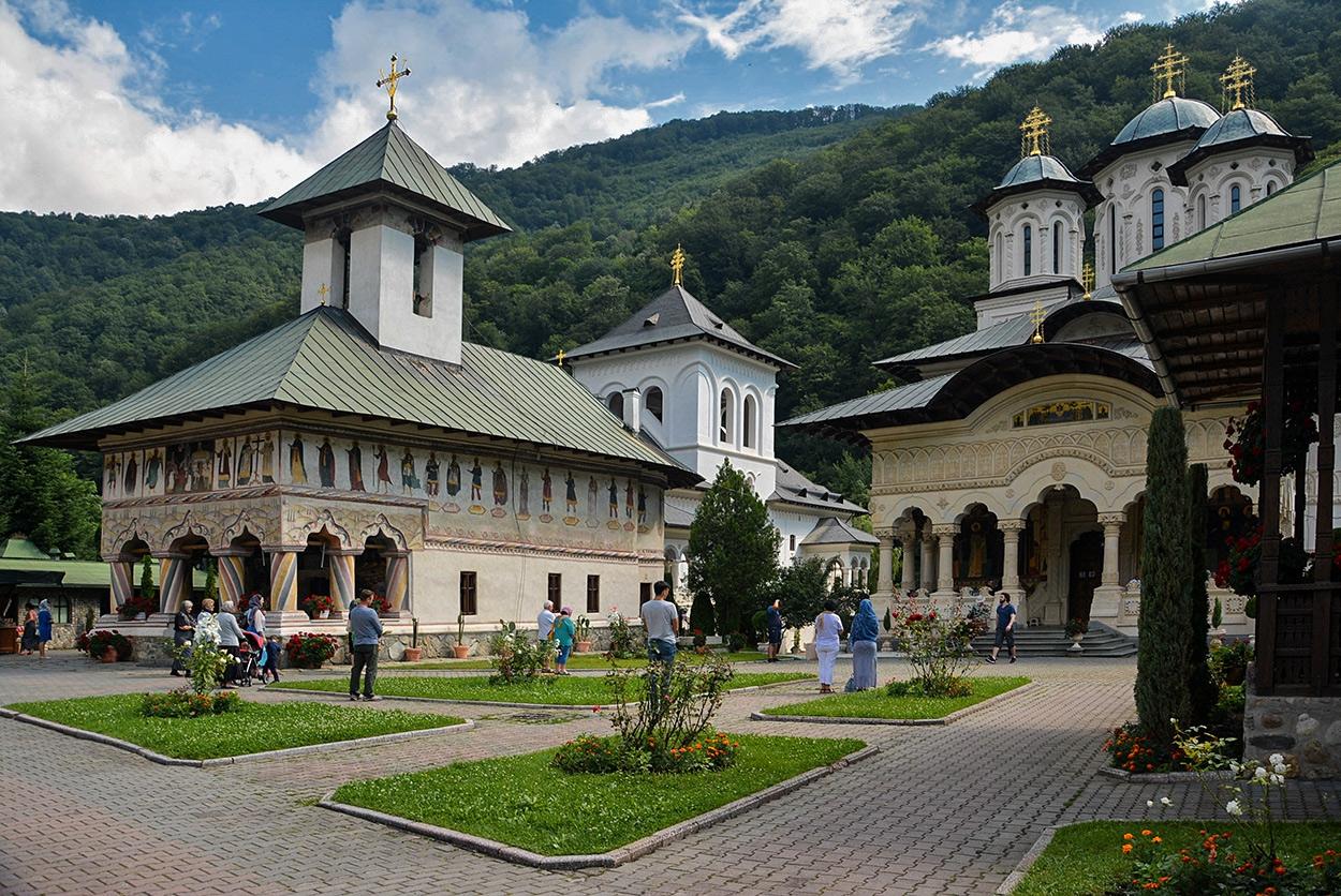 Lainici Monastery, старата и новата църкви