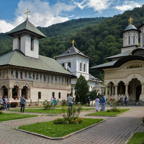 Lainici Monastery, старата и новата църкви