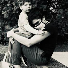 след 120 часово дежурство в ковид отделение на Пирогов, с десетки интубации и битка за въздух на всеки пациент, майка прегръща сина си с маска, докато излезе резултата от вирусния тест.