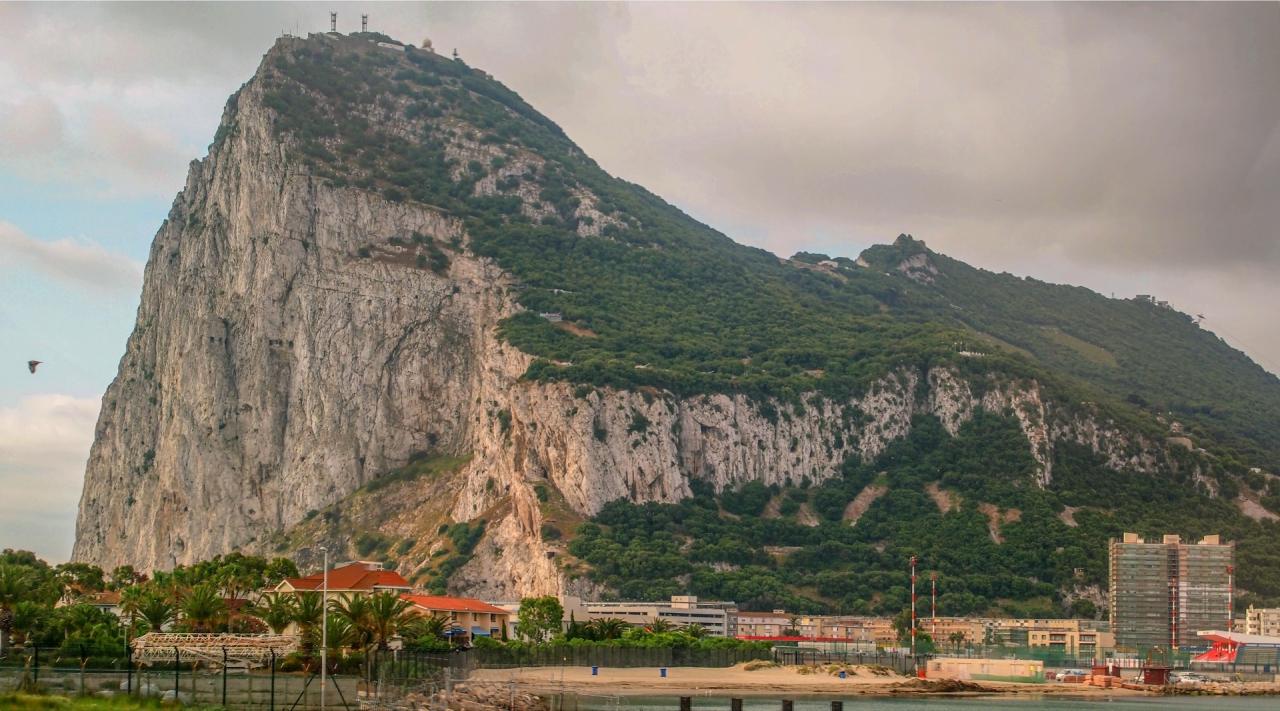 Скалата на Гибралтар - Снимката е направена в движение с наслагване на три кадъра