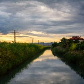 Залез край канала